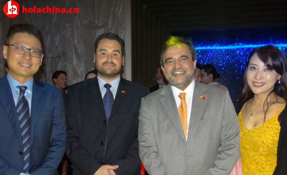 Embajador Oscar Rueda (traje gris)